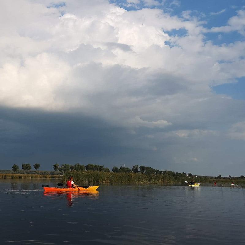 Caiac sub nori în Delta Neajlovului