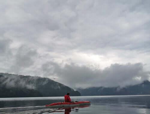 Caiac în ceata pe lacul Vidraru