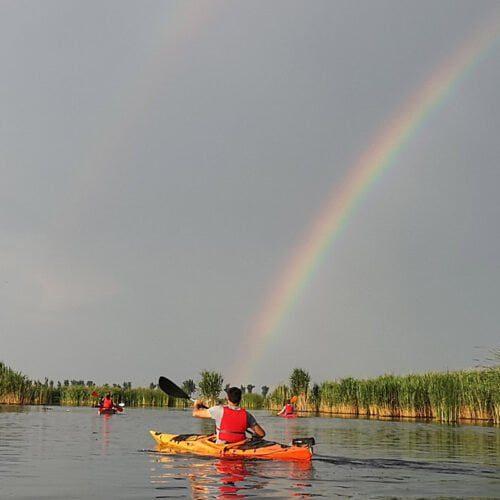 Caiac sub curcubeu în Delta Neajlovului