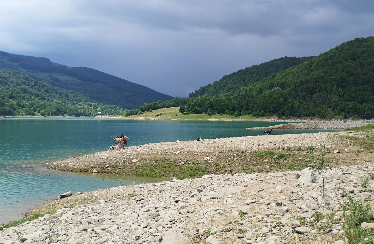 Lângă lacul Paltinu