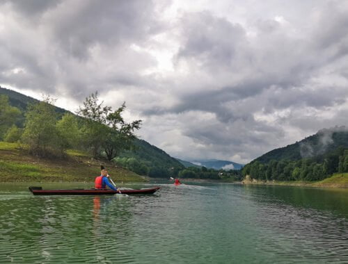 Caiacul negru pe lacul Paltinu