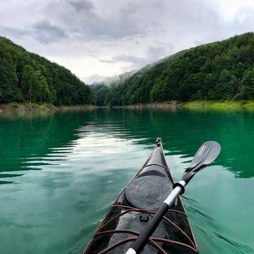 Caiac negru pe lacul de smarald