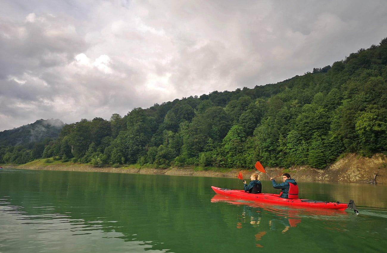 caiac rosu pe Lacul Paltinu