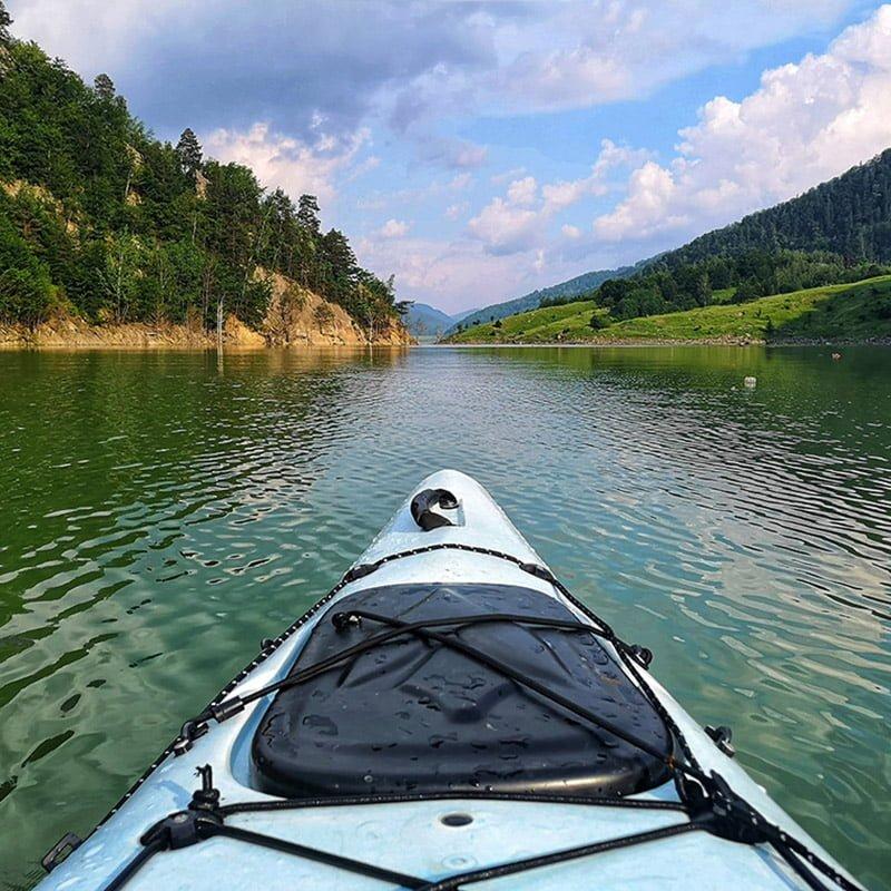 vedere spre barajul Siriu -Caiac dublu pe lacul Siriu