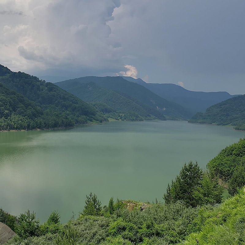 Lacul văzut de la barajul Siriu